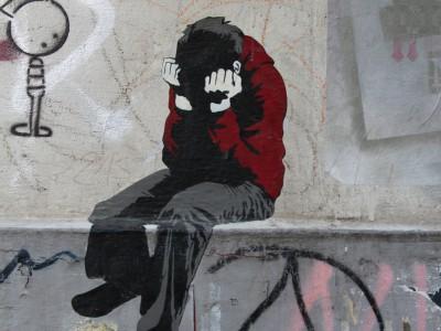 Streetart: Kind auf Mauervorsprung